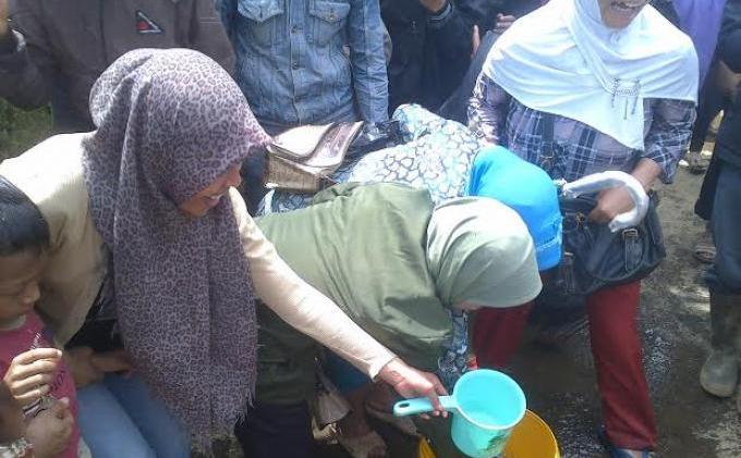 Warga berebut air bekas cucian sepatu Jokowi (Tribunnews)
