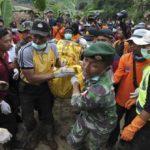 Tim SAR evakuasi korban longsor Banjarnegara. ©2014 merdeka.com/arie basuki