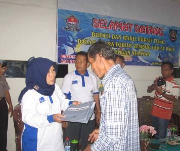 Foto: Wabup Hj Umi Azizah didampingi Plt Ka DKPP Toto Subandriyo menyerahkan