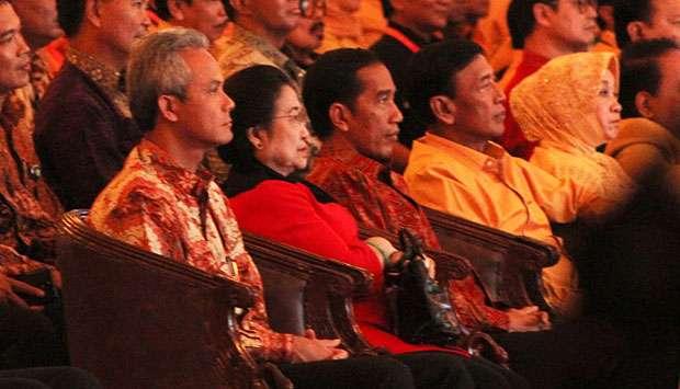 Kiri-kanan: Gubernur Jateng, Ganjar Pranowo, Ketum PDIP Megawati, Presiden Jokowi, dan Ketum Hanura Wiranto, duduk berdampingan dalam Pembukaan Musyawarah Nasional Partai Hanura di Solo, 13 Februari 2015. Pertemuan Jokowi dan Megawati ini terjadi di tengah polemik calon Kapolri Budi Gunawan. TEMPO/Ahmad Rafiq