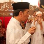 Presiden Jokowi makan dengan tangan kiri dan berdiri (JPNN)