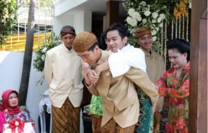 Pak Jokowi Gendong Gibran - Foto: Kabarmaya.com