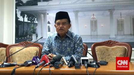 Wakil Presiden Jusuf Kalla memberikan keterangan pers di Istana Wakil Presiden, Jakarta Pusat, Jumat (17/7). (CNN Indonesia/Resty Armenia)
