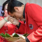 Jokowi cium tangan Mama Mega (IST)