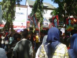 Arak-arakan peserta yang membawa atribut palu arit yang identik dengan Partai Komunis Indonesia. Foto: Metrotvnews.com/Agus Josiandi