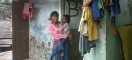 Kasihan, Tak Mampu Bayar Kontrakan, Nenek dan Cucunya ini Tinggal di Toilet Umum