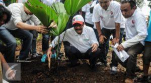 Djarot dan beberapa relawan memperbaiki Taman di depan Balai Kota yang rusak (IST)
