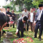 Ahok gunakan sepatu saat ziarah ke makam ibu angkatnya (DOK Kompas Online)