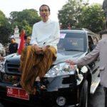 Jokowi dengan mobil Esemka (IST)