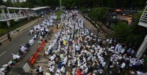 Ribuan Umat Islam Shalat Zuhur berjamaah untuk mengawal Habib Rizieq yang diperiksa polisi (IST)
