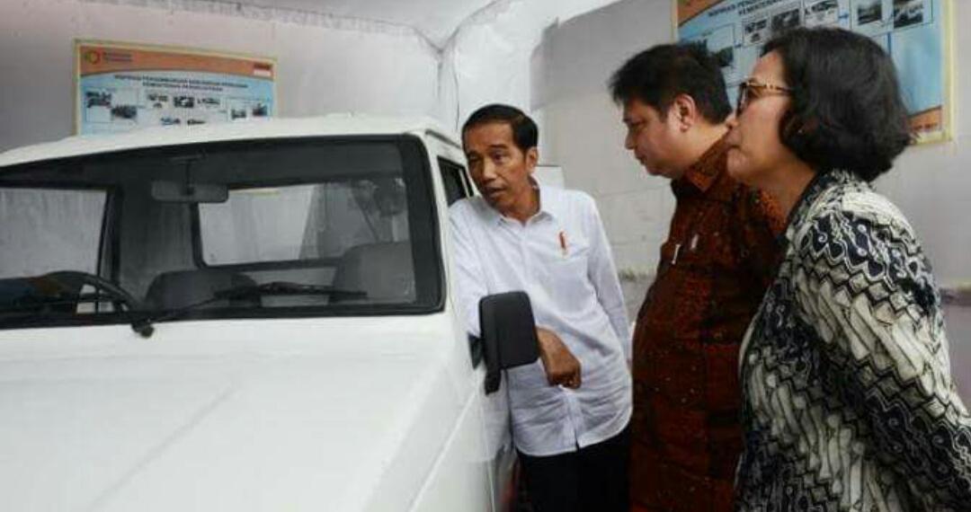 Presiden Jokowi Foto Disamping Mobil Pedesaan
