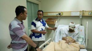 Anies mengunjungi sepupunya yang juga penyidik senior KPK Novel Baswedan (IST)