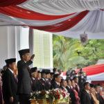 Presiden Joko Widodo (kanan) di dampingi Ibu Negara Iriana Joko Widodo (kiri) serta Wapres Jusuf Kalla (tengah) memberi hormat saat pengibaran Bendera Merah Putih dalam Upacara Peringatan Detik-detik Proklamasi 17 Agustus di Halaman Istana Merdeka, Jakarta, Senin (17/8). Seluruh rakyat Indonesia memperingati HUT Kemerdekaan ke-70 RI. ANTARA FOTO/Yudhi Mahatma/foc/15.