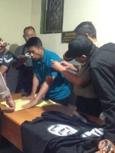 Polisi mengecek barang bukti pemasangan bendera ISIS di Polsek Kebayoran Lama. (Dok. Istimewa