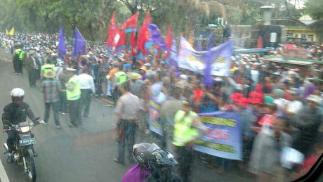 Massa berkumpul di depan Masjid Istiqlal (Foto: Maria Fransisca/pasangmata)