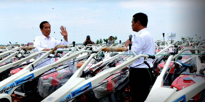 Jokowi bagi-bagi traktor ke petani Subang. ©Setpres RI/Edi