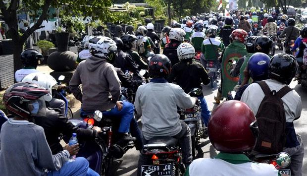 Seribu buruh Depok berangkat ke Jakarta untuk berdemo di bundaran HI bersama puluhan ribu buruh Jabotabek, 10 Desember 2014. Para buruh menuntut pembatalan kenaikan harga BBM, Perbaikan Pelayanan BPJS, dan jaminan pensiun. TEMPO/Ilham Tirta
