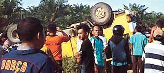 Truk yang terbalik saat mengantar anak-anak sekolah di Desa Masnauli, Kecamatan Manduamas, Tapanuli Tengah (Tapteng), Sumatera Utara. Sebanyak 17 siswa tewas dalam kejadian tersebut. FOTO: Metro Siantar