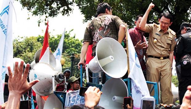 Wagub DKI Jakarta, Basuki Tjahaja Purnama atau Ahok menyapa para demonstran yang menggelar aksi unjuk rasa di depan Gedung Balai Kota, Jakarta, Rabu (24/10). ANTARA/M. Luthfi Rahman