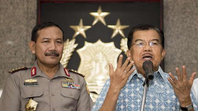 Wakil Presiden Jusuf Kalla (kanan) memberikan keterangan kepada wartawan didampingi Kapolri Jenderal Pol. Badrodin Haiti (kiri) di Mabes Polri, Jakarta, Jumat (1/5).(Antara Foto/M Agung Rajasa)