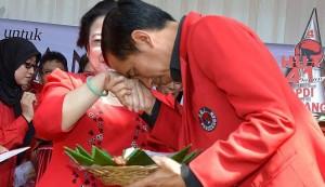 Jokowi cium tangan Megawati (IST)