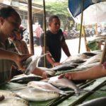 Penjual ikan bandeng di trotoar (IST)