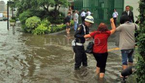 Warga melewati banjir yang merendam kawasan Bundaran Hotel Indonesia, Jakarta, 30 Agustus 2016. TEMPO/Amston Probel