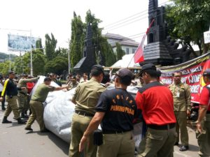 Satpol PP membongkar paksa tenda warga kendeng (Dok Omahekendeng)