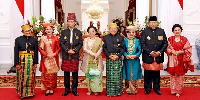Megawati berada di tengah di antara Presiden dan mantan Presiden (IST)