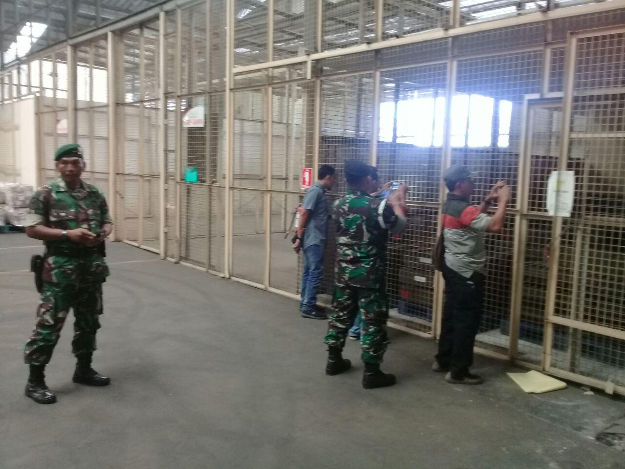Anggota TNI mengamankan senjata impor milik Polri (IST)